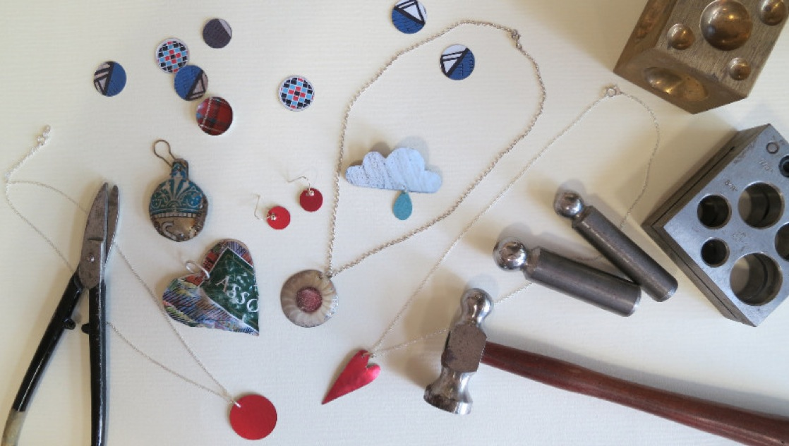 Image of tin jewellery and trinkets.